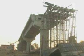 В Индии обрушился мост, ищут 40 рабочих