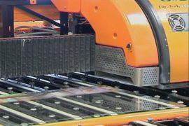 20-метровый принтер печатает на стеклянных панелях