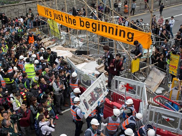 Гонконг: полиция разбирает главные баррикады