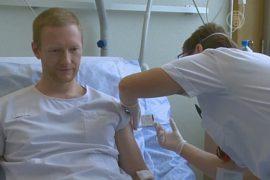 Испытание вакцины от Эболы приостановили