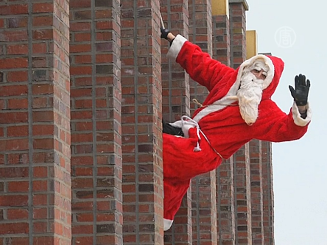 Санта-Клаус сменил дымоход на верёвочную лестницу