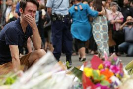 Австралийцы несут цветы к дверям кафе в Сиднее
