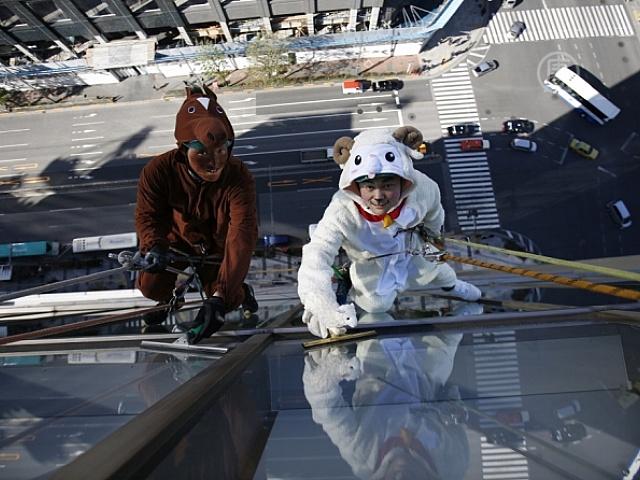 В Токио окна моют в костюмах животных