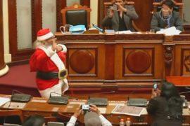 Боливийский конгрессмен ежегодно наряжается Сантой