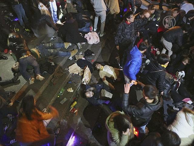 Что вызвало смертоносную давку на Новый год в Шанхае