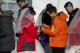 Фестиваль льда и снега привлекает брачующихся