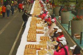 Мексиканцам раздают пирог в честь Святых Королей
