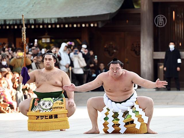 Борцы сумо поприветствовали Новый год в Японии