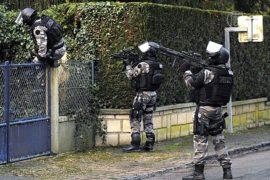 Полиция Франции проводит рейды в поисках стрелков