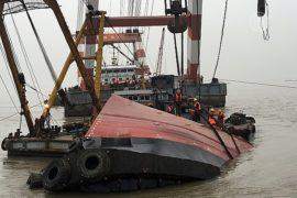 В Китае ищут 20 пропавших после затопления буксира