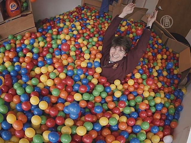 В комнате у студента — 13 000 шариков