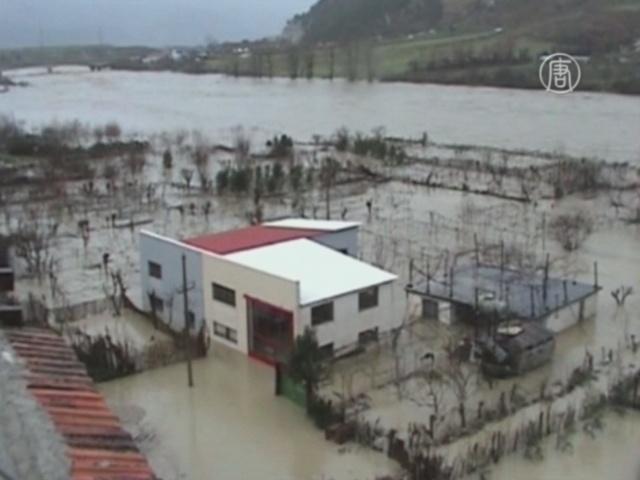 Наводнение в Албании: людей эвакуируют с крыш