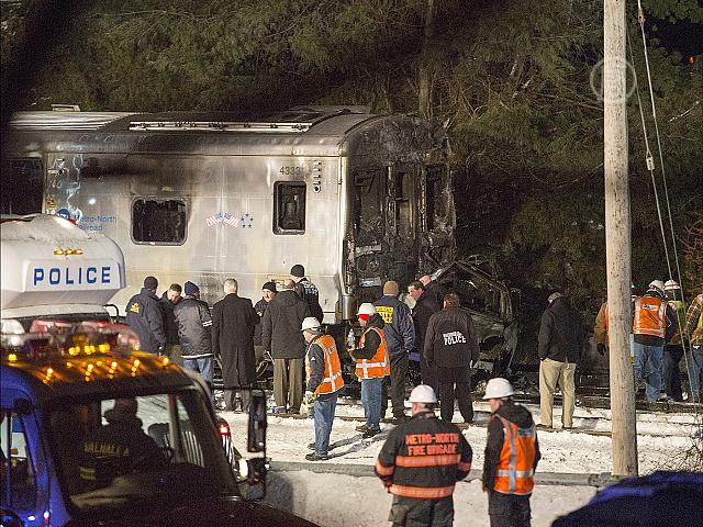 Поезд протаранил авто в Нью-Йорке, есть жертвы