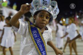 Школа самбы репетирует перед карнавалом в Рио