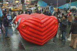 Гигантское сердце «забилось» на Таймс-сквер
