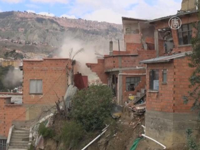 На склонах Ла-Паса из-за ливней рушатся дома