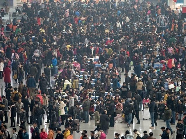 Миллионы китайцев спешат домой на Новый год