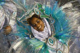 Школы самбы борются за первенство на параде в Рио