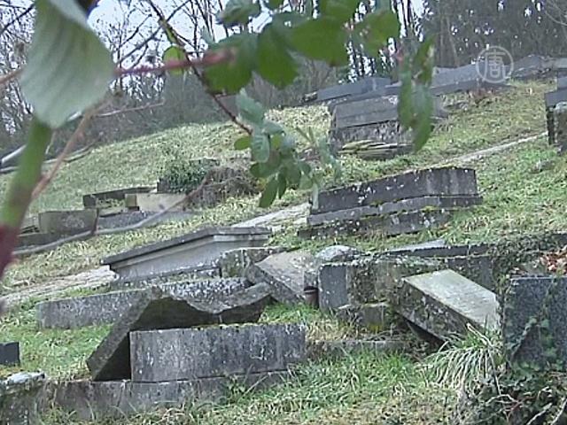 За осквернение могил во Франции задержаны 5 юношей