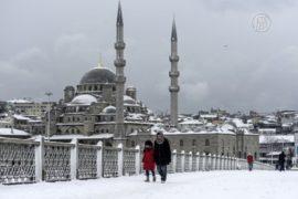 Стамбул парализован снегопадом