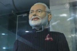 Нашумевший костюм премьера Индии уйдёт с молотка
