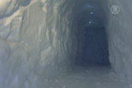 Туннель в сугробе, чтобы добраться до авто