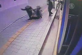 Двое прохожих провалились под землю в Сеуле
