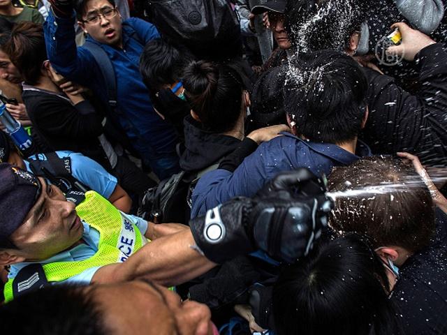 В Гонконге разгоняли протестующих перцовым газом