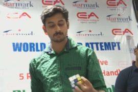 Индиец собрал пять «Кубиков Рубика» одной рукой