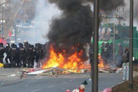 Во Франкфурте били стёкла и жгли шины