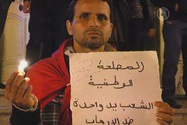 Тунисцы несут в центр столицы цветы и свечи