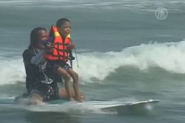 Детей-инвалидов учат сёрфингу