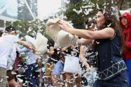 Гонконг: люди бились подушками в самом центре