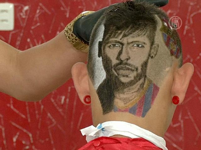 Парикмахер создаёт картины на головах клиентов