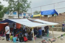 Для непальских детей открыли школу в палатках