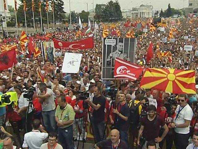 Тысячи македонцев протестуют против премьера