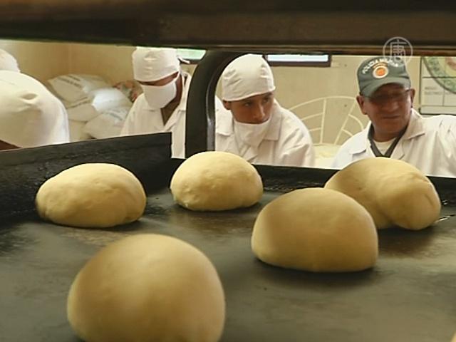 Солдаты пекут хлеб для жителей Ла-Паса