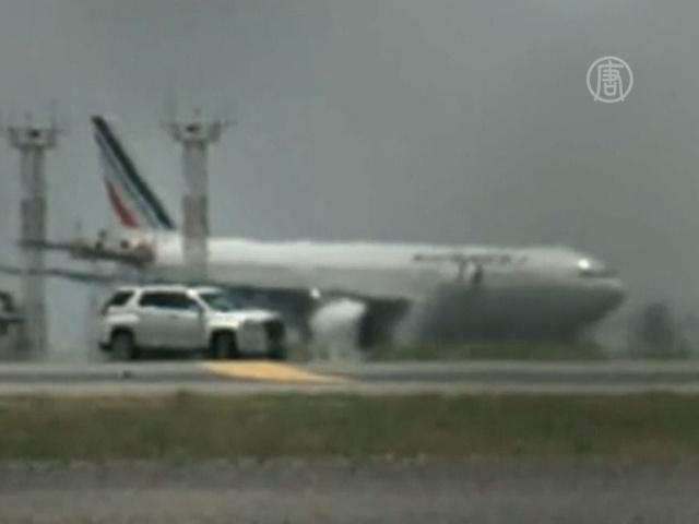 Лайнер Air France сел в сопровождении истребителей
