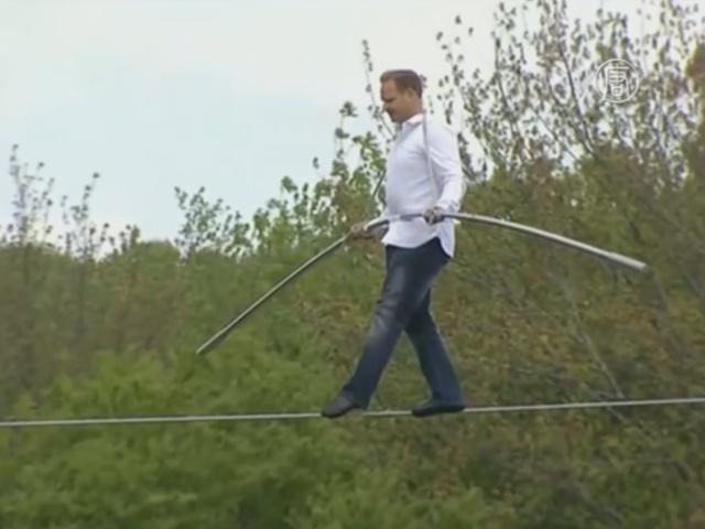 Ник Валленда перерезал красную ленту на высоте 20 м