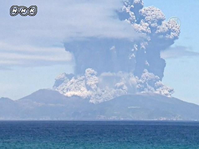 В Японии эвакуируют людей из-за извержения вулкана