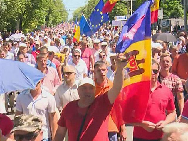 Десятки тысяч молдаван вышли с протестом