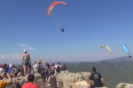 Воздушное шоу с парашютами устроили над замком