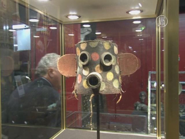Аукционисты продают маски хопи, игнорируя протест