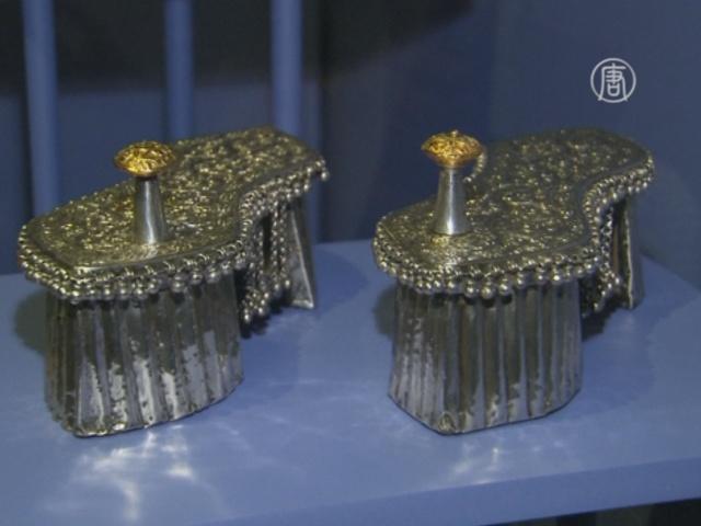 250 знаменитых пар обуви показали в Лондоне