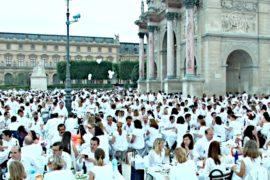 Тысячи человек в белом поужинали у Лувра