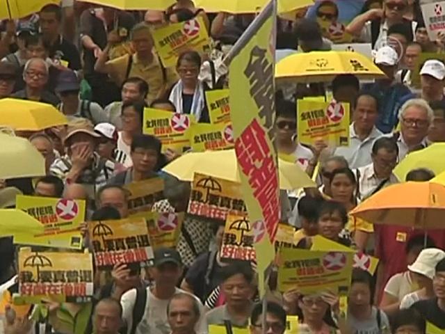 Гонконгцы снова вышли с зонтиками на протест