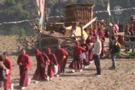 Из разрушенного монастыря Непала вывезли детей