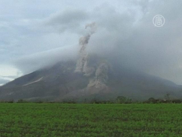 На Суматре опасаются извержения лавы из Синабунга