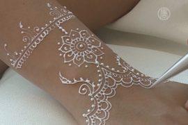 В моду входят рисунки белой хной по телу