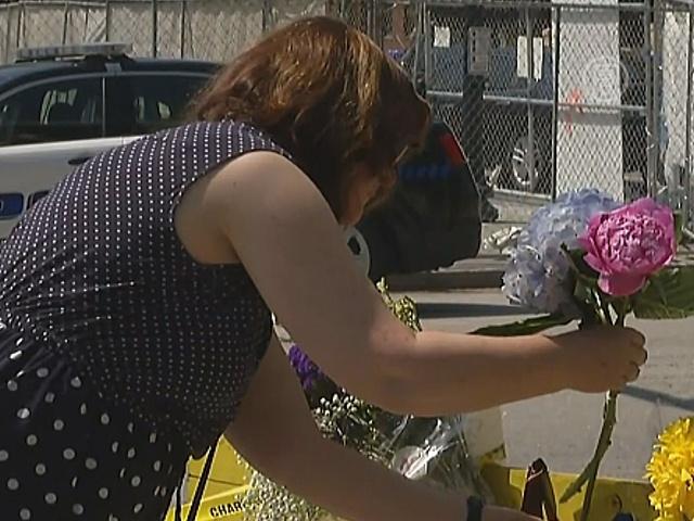 К месту трагедии в Чарльстоне несут цветы